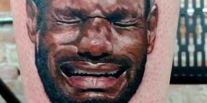 Не все посвящают спортсменам тату от большой любви. Например, Кален Гиллис нарисовал плачущего баскетболиста Леброна Джеймса, поскольку считает, что он всегда симулирует и выпрашивает фолы.