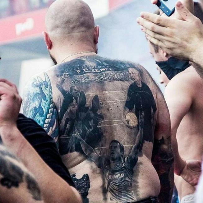 Один из болельщиков забил всю спину татуировкой, главным героем которой является лучший бомбардир сборной России Александр Кержаков.