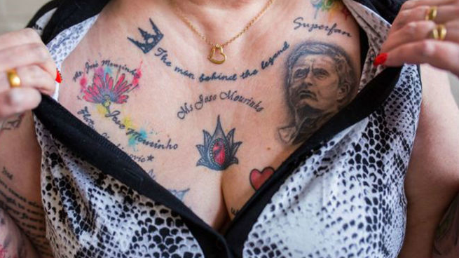 59-летняя британка Вив Бодикоут сделала около 20 тату в честь наставника «Манчестер Юнайтед». Женщина явно подтверждает прозвище португальца – Особенный.
