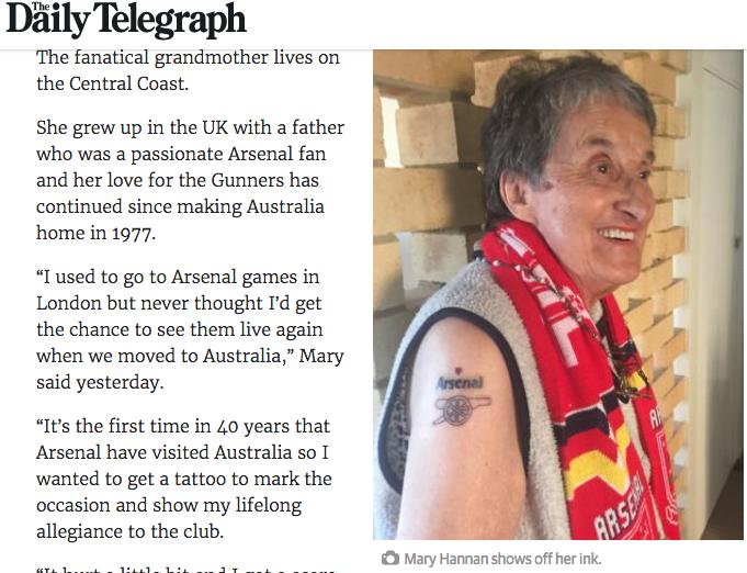 """Перед турне английского """"Арсенала"""" в Австралии 81-летняя местная болельщица Мэри Ханнан посвятила любимому клубу первую в жизни татуировку."""