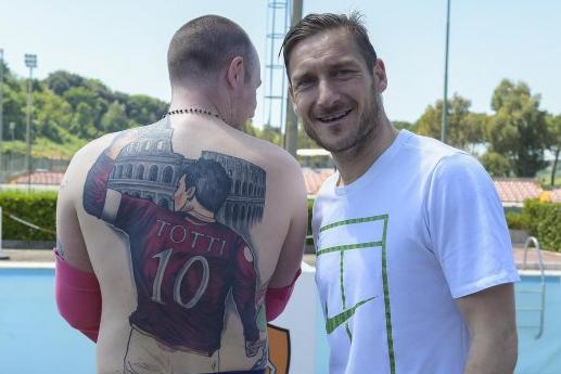 Ещё один болельщик набил Императора Рима на всю спину на фоне Колизея. Сам Тотти был очень впечатлён, когда увидел татуировку.