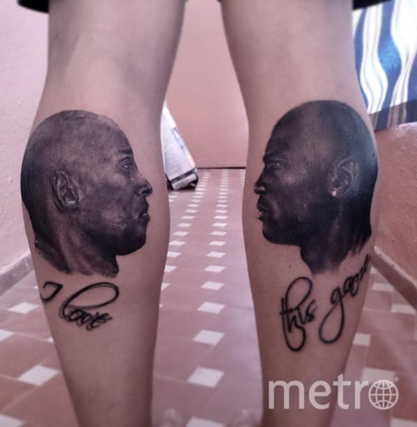 Легенды НБА Коби Брайант и Майкл Джордан смотрят друг на друга на ногах одного из болельщиков.