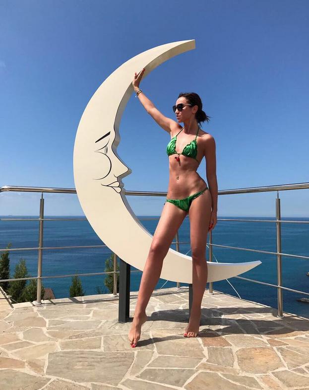Ольга Бузова выступает и отдыхает в Крыму.