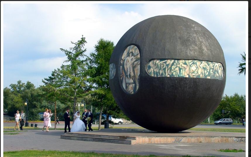 """Тот самый памятник основателям города, который """"пытался покинуть Омск"""". Фото admomsk.ru"""