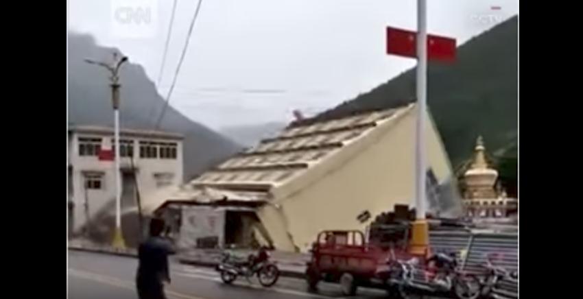прямо в реку (один из притоков Янцзы) рухнул пятиэтажный дом. Фото Скриншот Youtube
