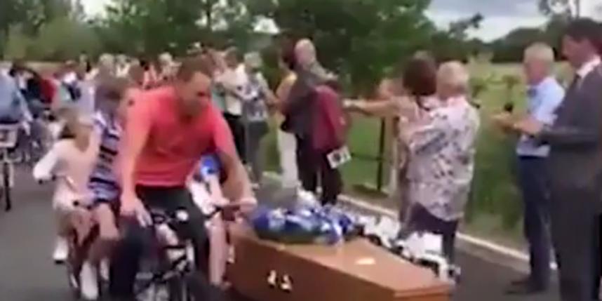 Вдова сделала окно в гробу мужа, чтобы он смотрел в небо на похоронах. Фото Скриншот Youtube.