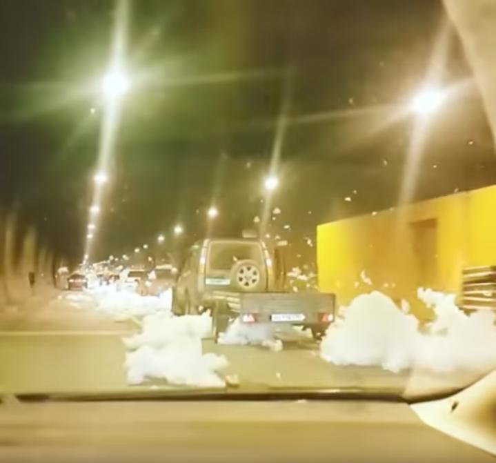 "Московские водители внезапно попали на ""пенную вечеринку"". Фото Скриншот Youtube"
