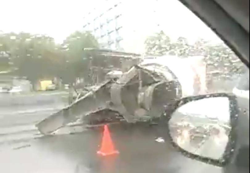 На Каширском шоссе опрокинулась бетономешалка. Фото Скриншот видео vk.com/mskdtp
