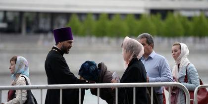 Верующие в очереди к мощам Николая Чудотворца. Фото РИА Новости