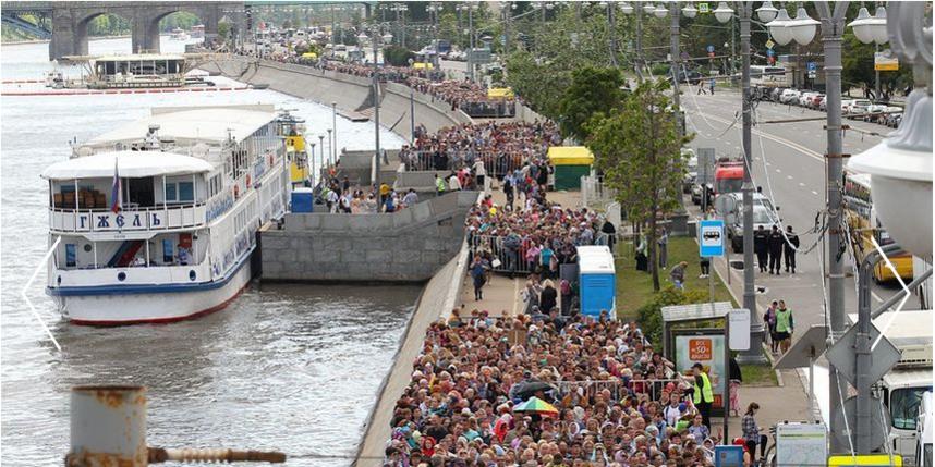 В столице к святыне стояли в среднем по 10 часов | metro.