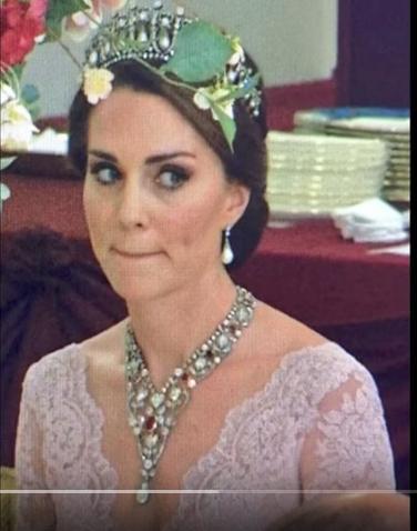 Выражение лица Кейт на ужине стало мемом. Фото скрин-шот Youtube