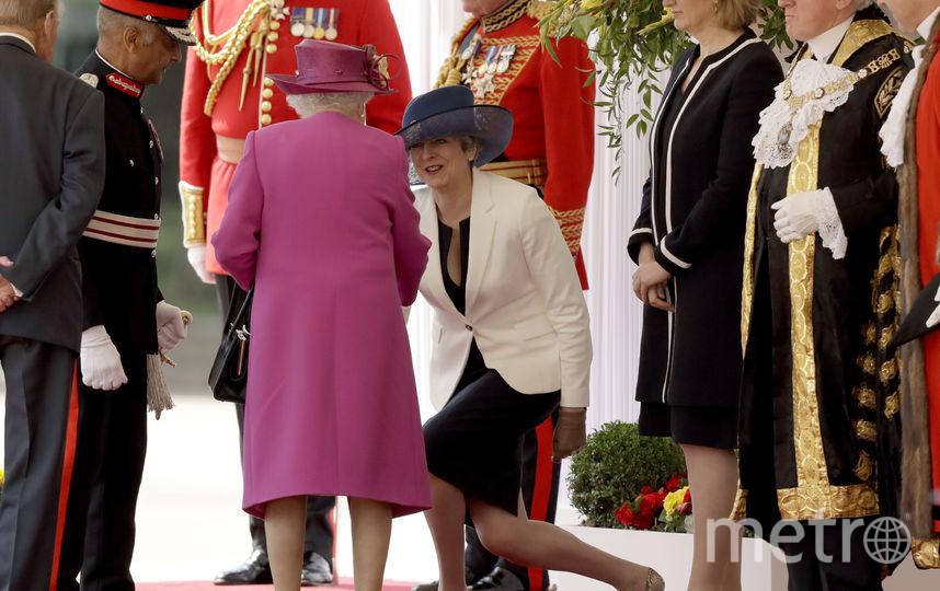 Тереза Мэй приветствует королеву. Фото Getty