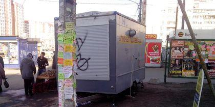 Петербуржец поплатился здоровьем за снятие рекламы борделя. Фото Красивый Петербург, vk.com