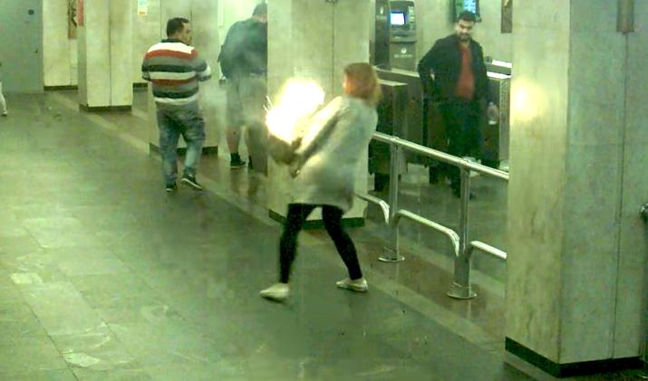 В минском метро у девушки взорвался вейп и поджёг рюкзак. Фото Скриншот Youtube