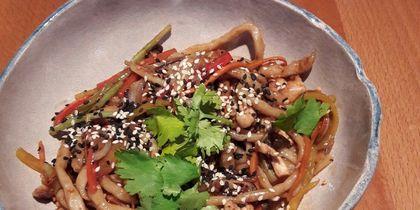 Wong Kar Wine - лапша удон с говядиной и вёшенками в устричном соусе.