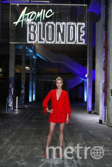 """Роковая Шарлиз Терон в красном на премьере фильма """"Взрывная блондинка"""". Фото Getty"""