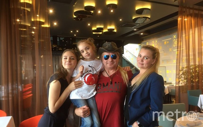 Бас-гитарист Александр Балунов (в центре) с семьёй Горшенёвых: Настей, Сашей и Ольгой. Фото фото предоставлено Ольгой Горшенёвой