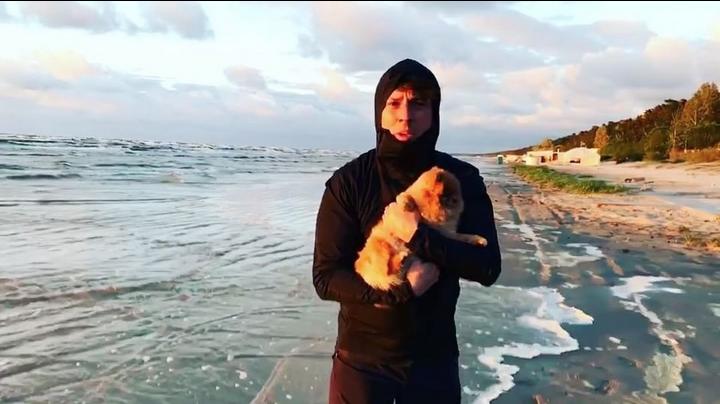 Дочь Аллы Пугачевой и Максима Галкина продефилировала по пляжу в Юрмале. Фото Скриншот Twitter/alenavodonaeva