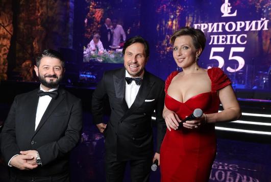 Ведущий вечера Михаил Галустян, Александр Ревва и Яна Чурикова. Фото instagram/m_galustyan