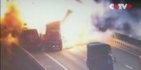 При столкновении грузовиков в Китае произошел мощный взрыв — Видео