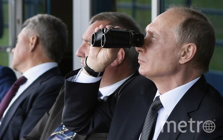 Владимир Путин и делегация членов правительства на МАКС-2017 в Жуковском. Фото AFP