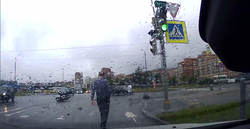 Видео ДТП с участием мотоциклистки в Петербурге рассорило блогеров. Фото «ДТП и ЧП | Санкт-Петербург», vk.com