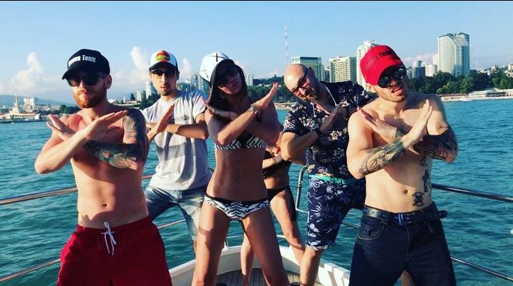 Ольга Бузова и Алёна Водонаева хвастаются одинаковыми букетами. Фото Скриншот/Instagram: buzova86