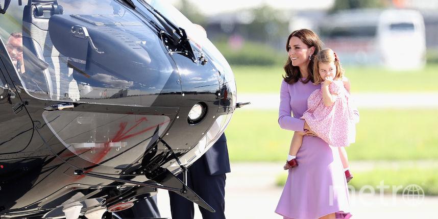 Кейт Миддлтон в лавандовом платье посадила детей в вертолёт