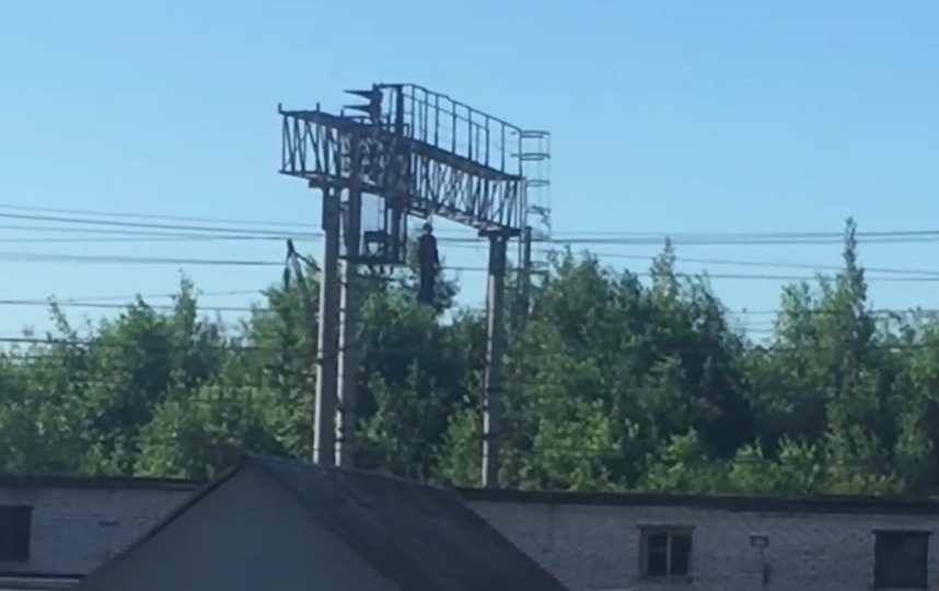 В Петербурге над рельсами несколько часов провисел труп мужчины.