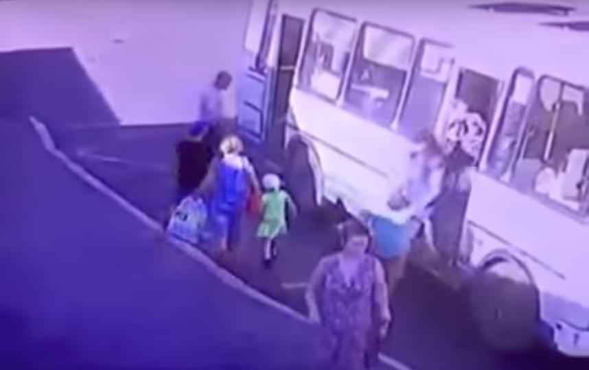 В Норильске автобус протащил ребенка по дороге несколько метров. Фото Новости Запад24, Скриншот Youtube