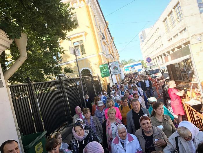 В Петербурге мощам Николая Чудотворца поклонились более 45 тысяч человек за один день.