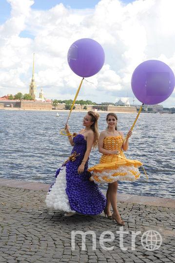 По Петербургу прогулялись модели в платьях из воздушных шаров.