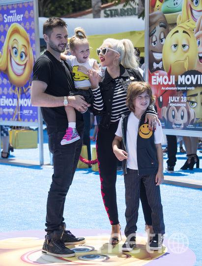 """Кристина Агилера и с семьёй посетила премьеру """"Эмоджи фильма"""". Фото AFP"""