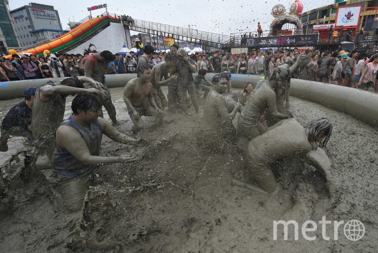 Участники фестиваля грязи в Южной Корее. Фото AFP