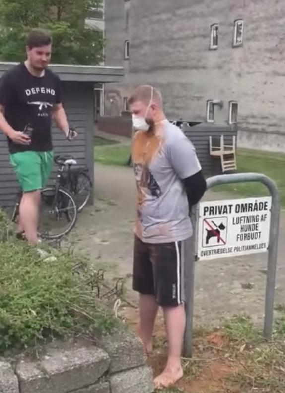 Молодые люди обсыпают своего друга корицей. Фото Скриншот Youtube