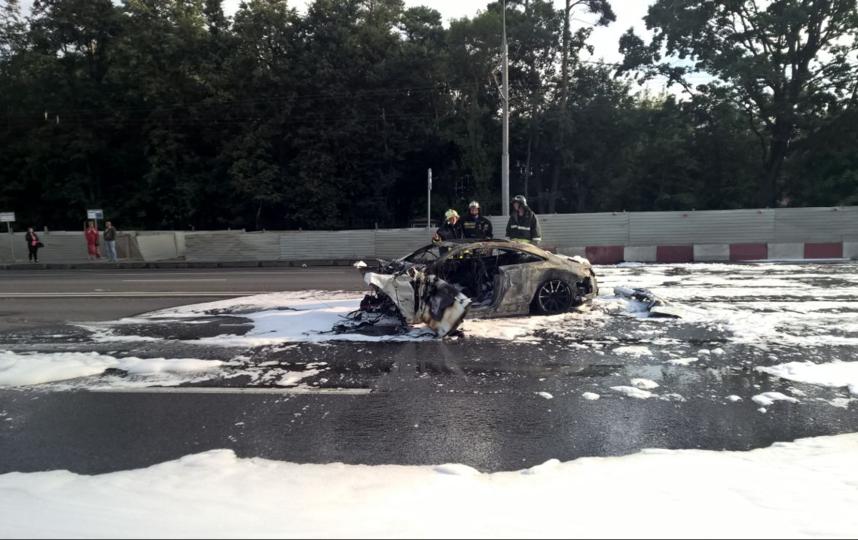 В российской столице наВолоколамском шоссе столкнулись 4 автомобиля. Один изних сгорел