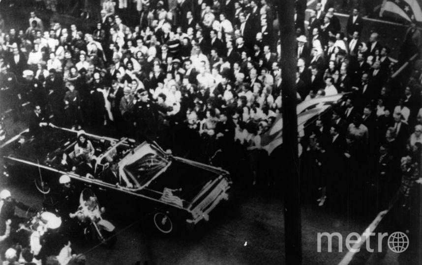 Джон Кеннеди едет в кабриолете. Фото Getty
