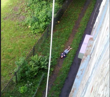 В Петербурге из окна выпал молодой мужчина.