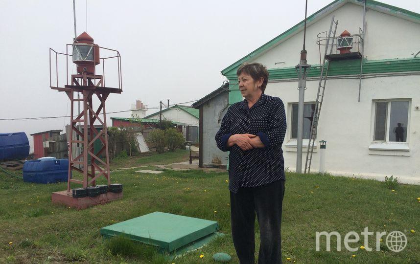За спиной Галины маяк Россета, справа от неё запасной. Фото Зинаида Мишина