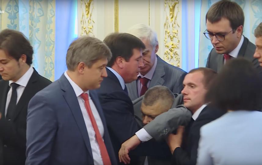 Назаренко упал в обморок. Фото Радіо Свобода Україна, Скриншот Youtube