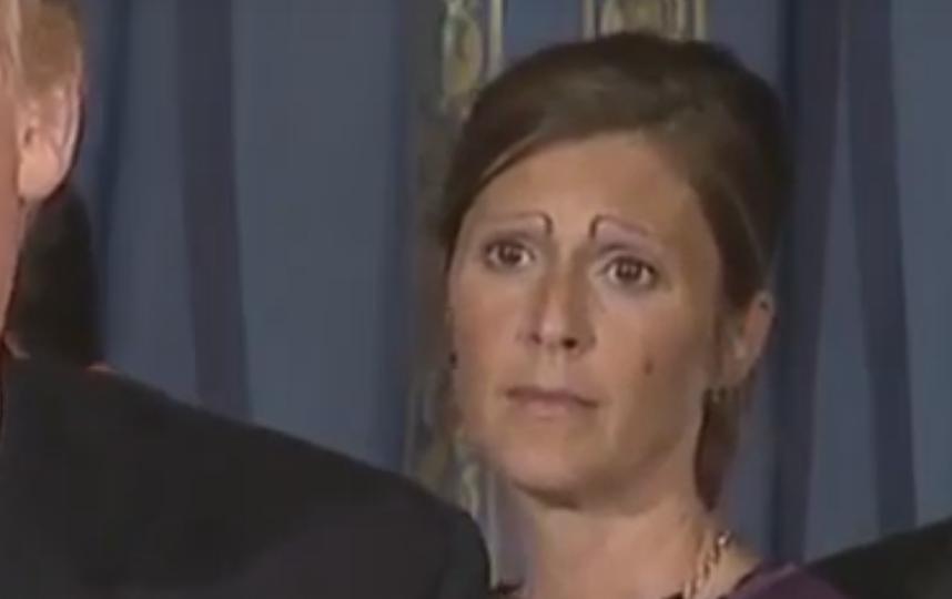 Женщина с бровями на выступлении Трампа. Фото Скриншот Youtube