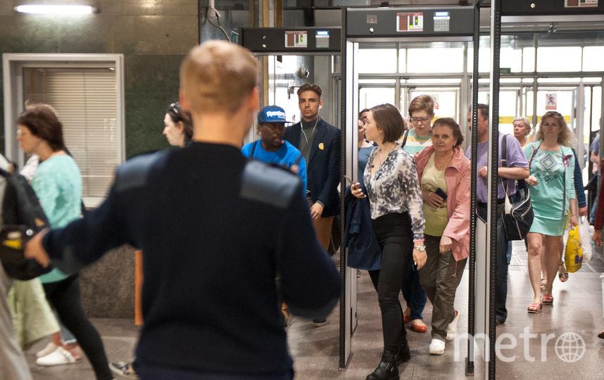 """Проверка в метро. Фото Святослав Акимов, """"Metro"""""""