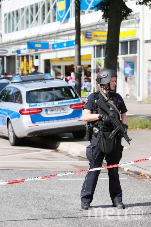 Полиция оцепила территорию вокруг супермаркета. Фото AFP