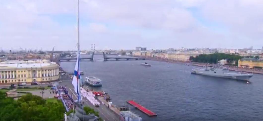Владимир Путин принимает парад ВМФ в Петербурге.