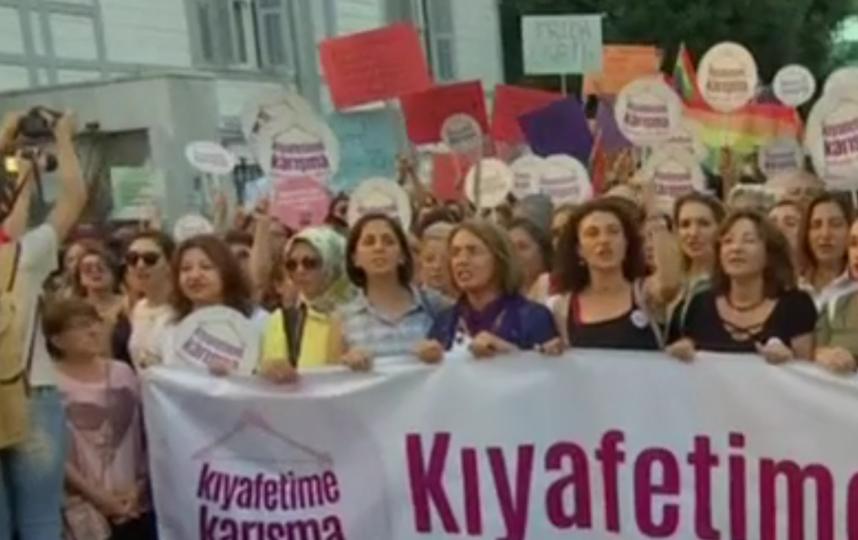 В Стамбуле женщины вышли на марш против ограничений в одежде.