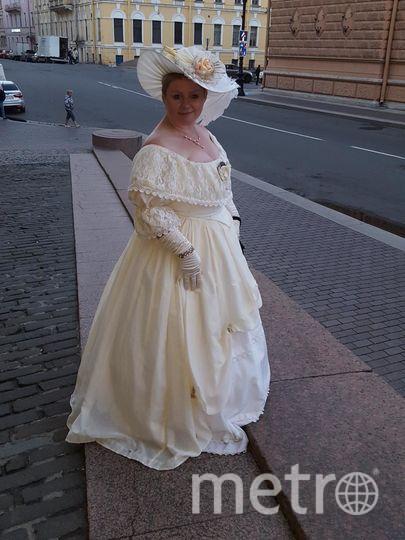 """,зовут меня Оксана.Горжусь быть """"пышечкой"""". Мои шикарные формы""""воспевали"""" не только Рубенс,но и другие деятели многих веков. Петербург всегда славился своими балами и мое фото сделано на одном из них. Ну а красивое платье лишь подчеркивает мое очарование..женщины,Вы все прекрасны,гордитесь тем, что имеете.. Фото """"Metro"""""""