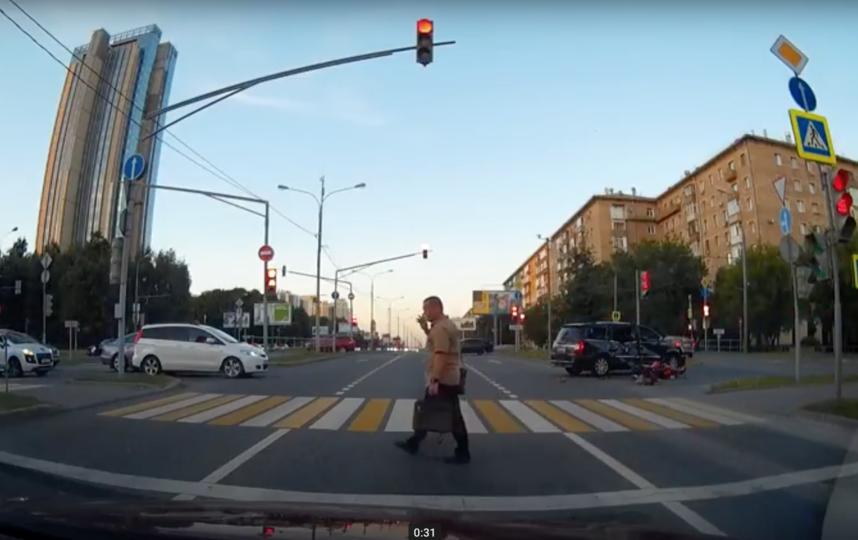 Видео жуткой аварии с мотоциклистом в Москве появилось в Сети. Фото Скриншот Youtube