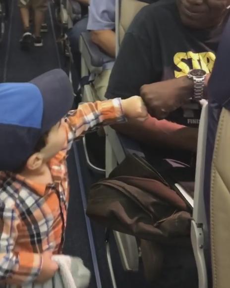 Маленький Гай Якубович на борту самолёта. Фото Instagram/mamaj1822
