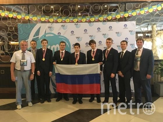 Станислав в центре фото. Фото Минобрнауки.рф