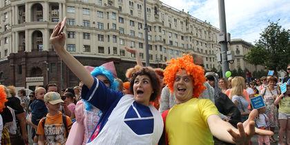 По центру Москвы прогулялись Карлсон, Чебурашка и Золушка: самые яркие фото